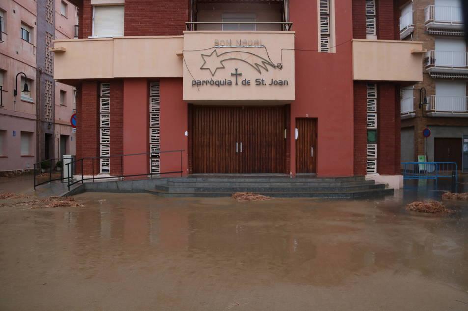 Pla obert de l'esplanada davant de la parròquia de Sant Joan de Torredembarra plena de sorra després del temporal. Imatge del 22 de gener de 2017