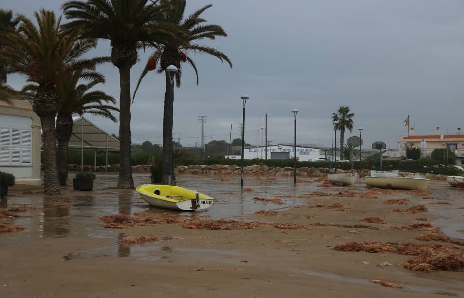 Pla obert de diverses barques afectades pel temporal a la platja de Torredembarra. Imatge del 22 de gener de 2017