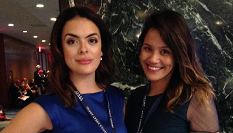 Erica Maestro, a l'esquerra, amb la seguidora de Trump Jillian Grancaric, a la dreta.