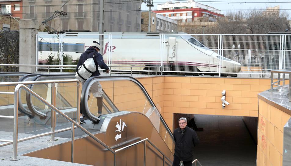 El pas va ser construït per Adif, però la seva gestió es troba en mans de l'Ajuntament de Tarragona.