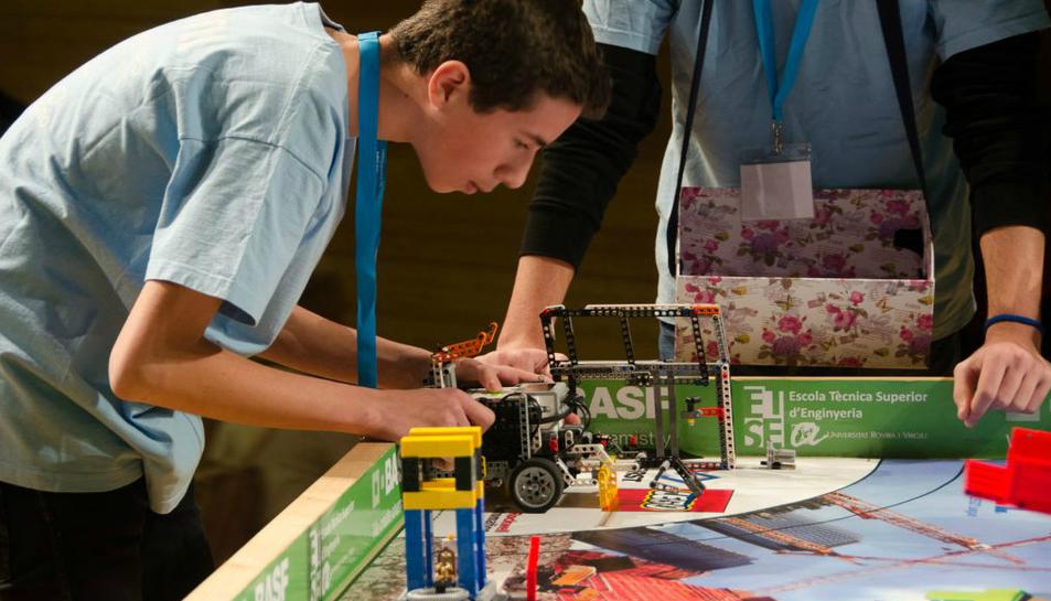 Un alumne de les Carmelites, l'any passat presentant el projecte R2D2 al concurs celebrat a Reus.