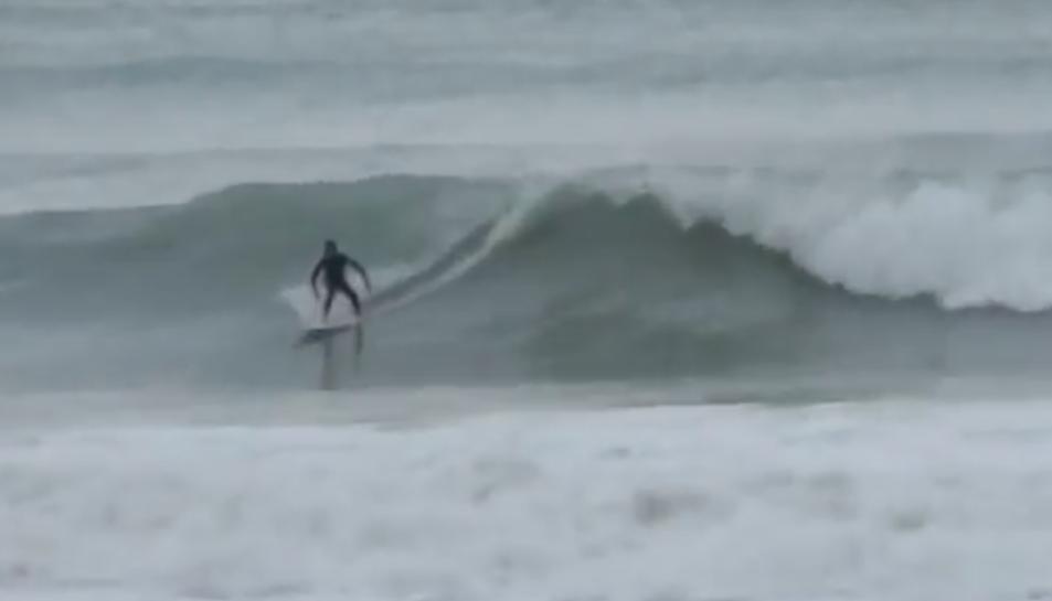 Una imatge extreta del vídeo que mostra surfistes a la platja de Salou.