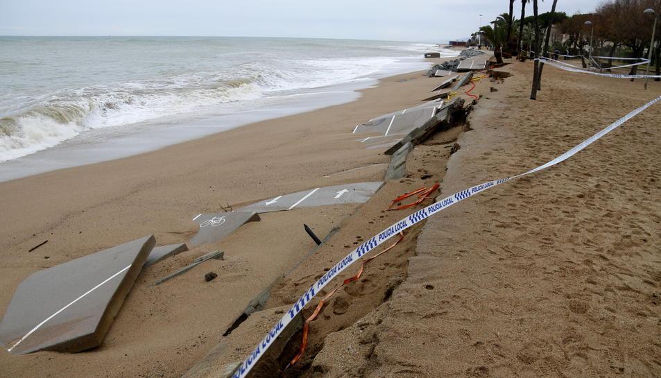 El carril bici del passeig marítim de Pineda de Mar, totalment destrossat per les onades.