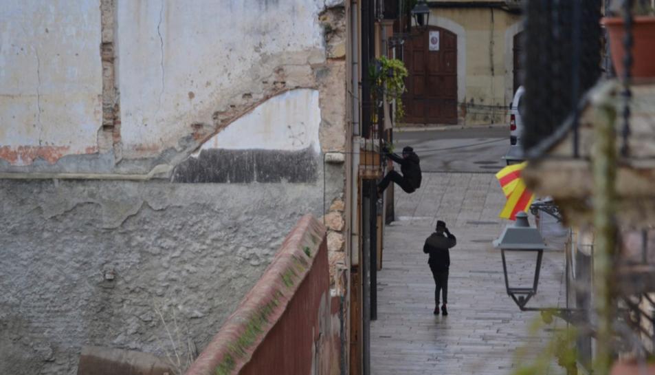 Un jove enganxat in fraganti intentant entrar en una casa del carrer Ferrers.
