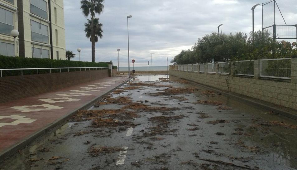 El passeig de la zona de l'Esquirol de Vilafortuny ha quedat ple de sorra i aigua.
