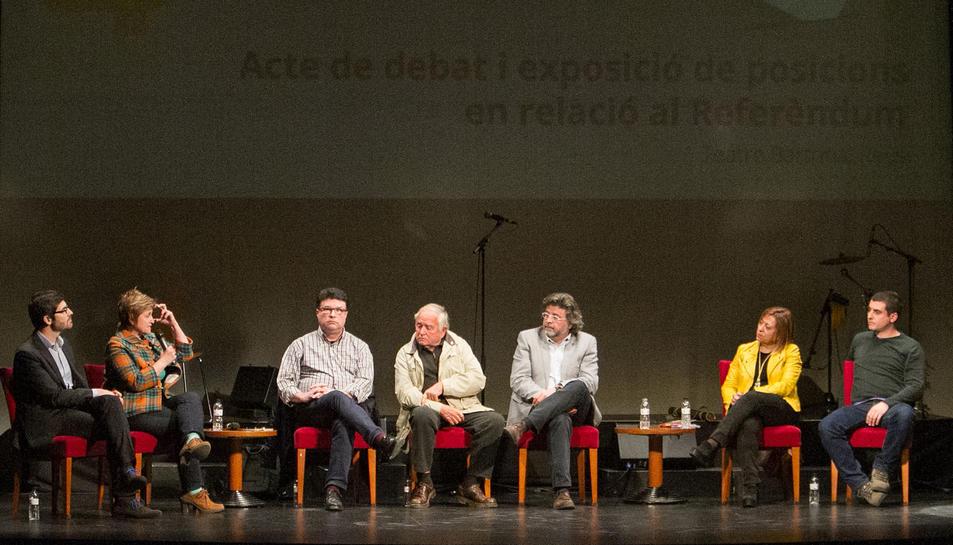 Els set participants durant del debat que va tenir lloc ahir al Teatre Batrina.