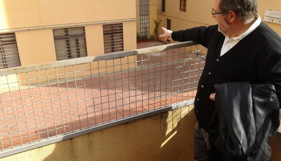 Andreu Muñoz indica el lloc del pati de la Casa dels Concilis on podrien aparèixer les columnes.