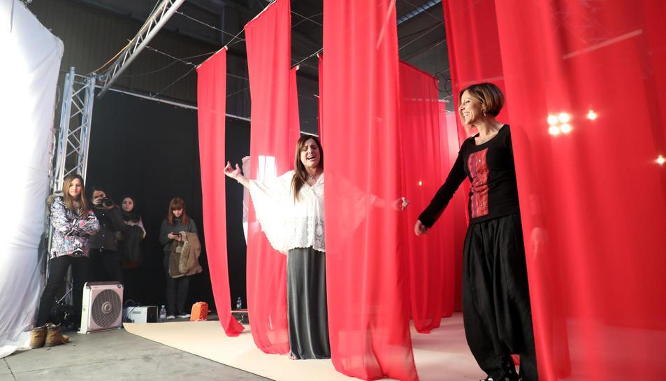 El videoclip es va gravar en un escenari íntim on predominava el color vermell. Els alumnes de l'Escola d'Art i Disseny de Reus van estar presents  durant el rodatge.