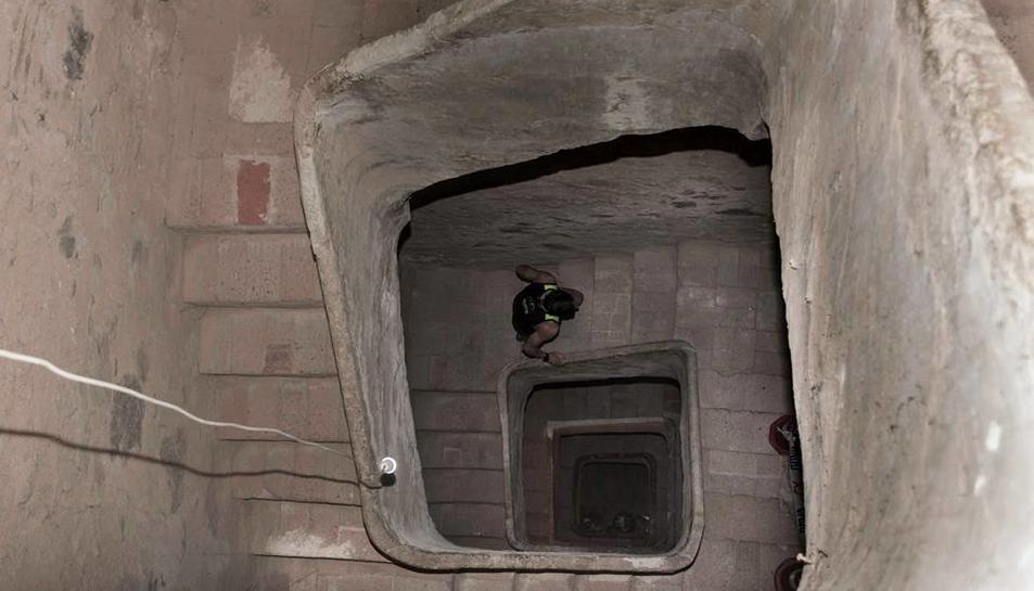 Un corredor pujant les escales del campanar.