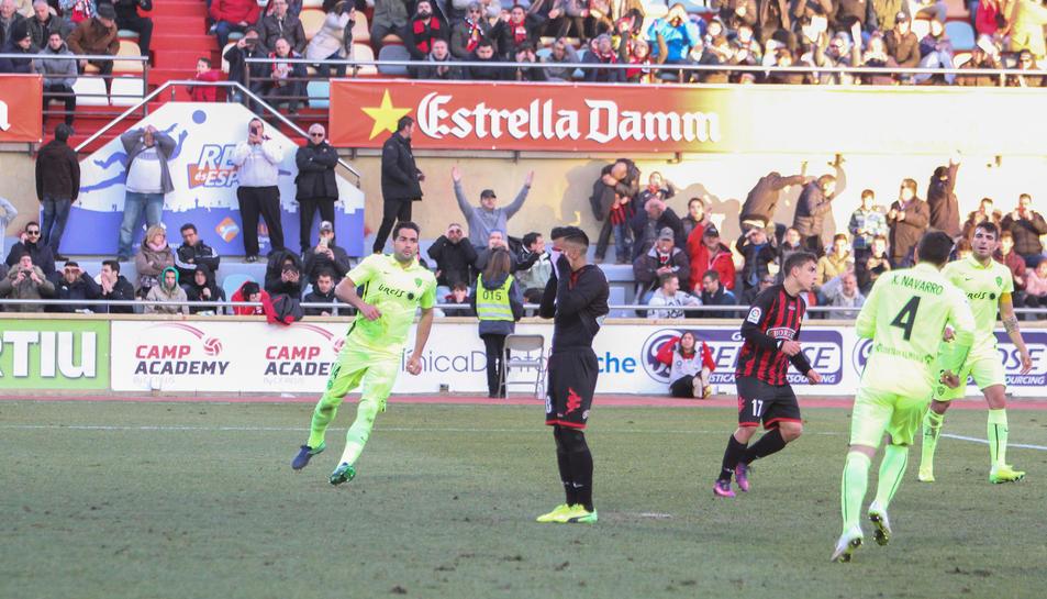 L'atacant uruguaià del CF Reus, Jorge Díaz, es lamenta de l'ocasió desaprofitada davant l'Almeria.