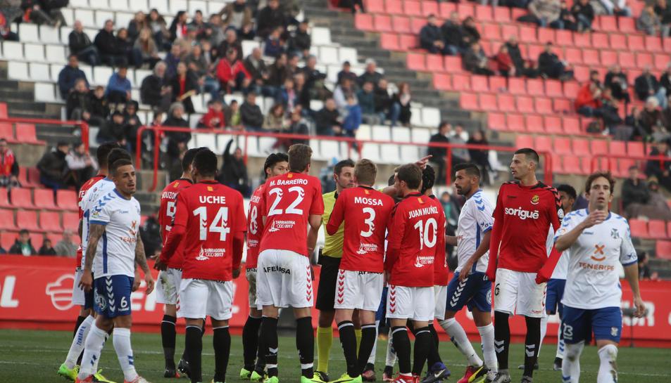 Els jugadors del Nàstic, protestant davant d'una decisió del col·legiat durant el duel contra el Tenerife.