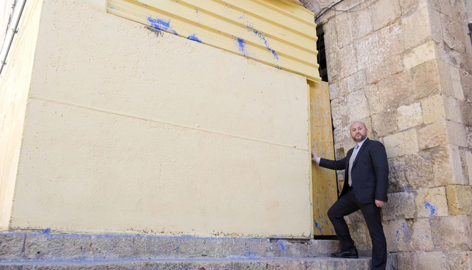 Xavier Ferrando, davant la porta que condueix al local que reclama, en una imatge d'arxiu.