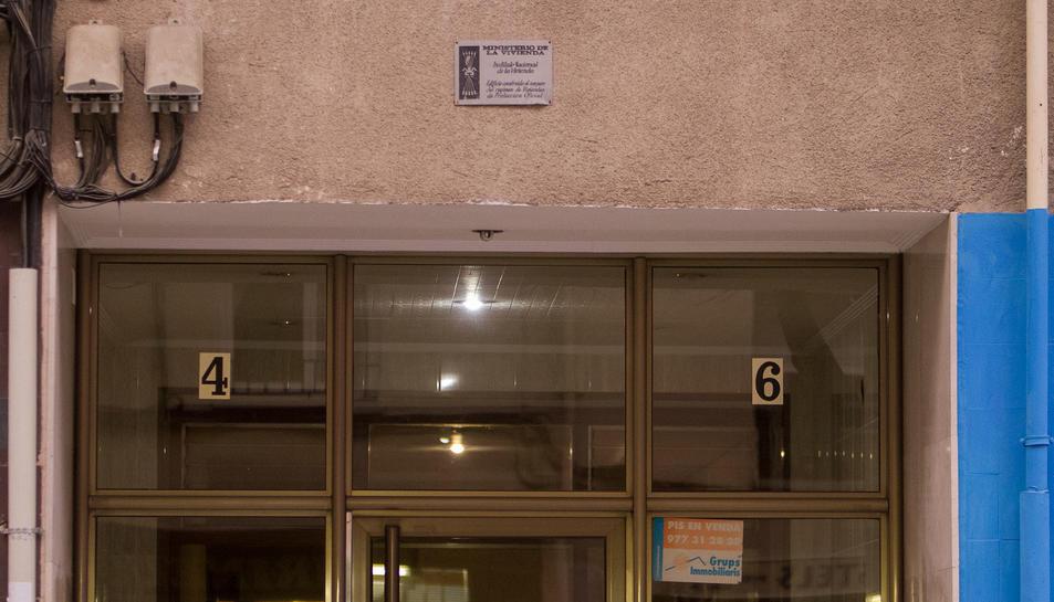 Una placa situada en un bloc de pisos del sud de la ciutat.