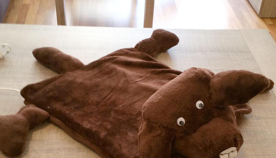 Imatge del prototip del gos-manta pensat per a completar teràpies amb animals.