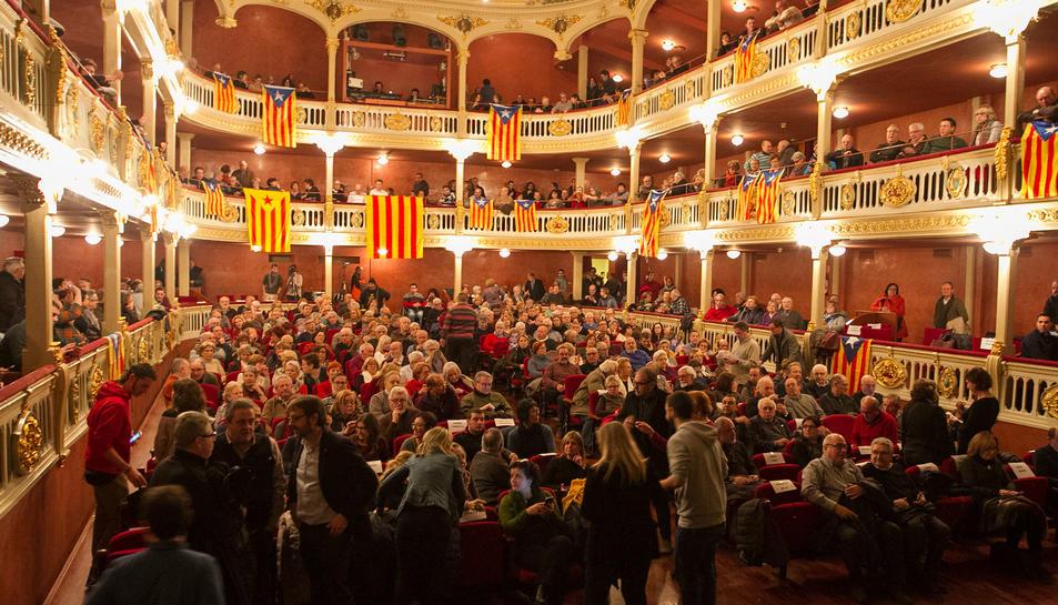 Aspecte que ahir oferia el teatre durant el debat.