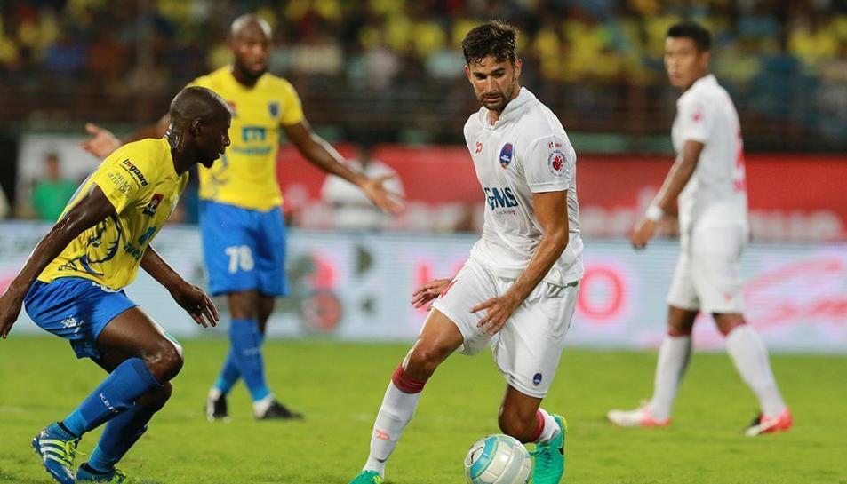 Tébar, a la dreta de la imatge, amb el Delhi Dynamos.