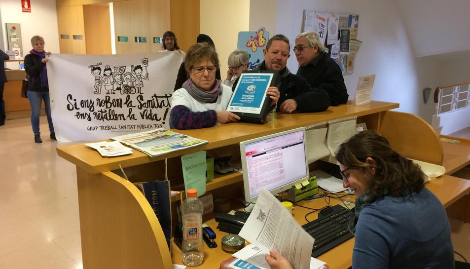 Membres del Grup de la Sanitat entregant les signatures aquest dijous.