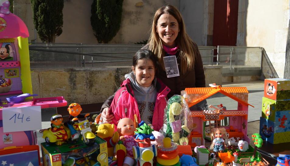 Nines, cuinetes, llibres i jocs van omplir les tres paradetes de joguines instal·lades a la plaça de l'Església de Vila-seca.