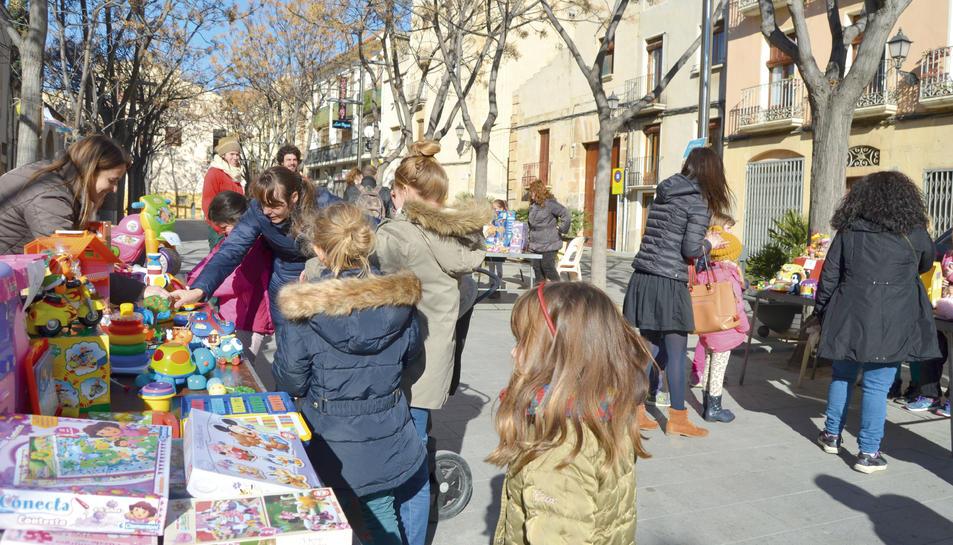 Els nens que volien una joguina de les parades podien pagar-ne el preu proposat pel seu propietari o bé proposar un intercanvi amb alguna joguina seva.
