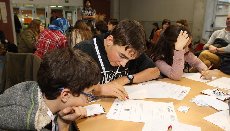 Dos joves intentant resoldre un dels problemes.