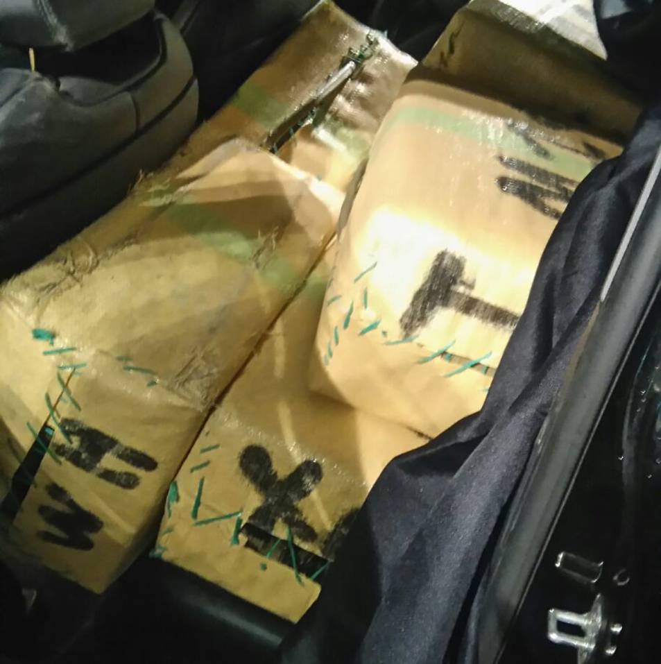 Els fardells que s'han trobat en un dels dos vehicles interceptats.