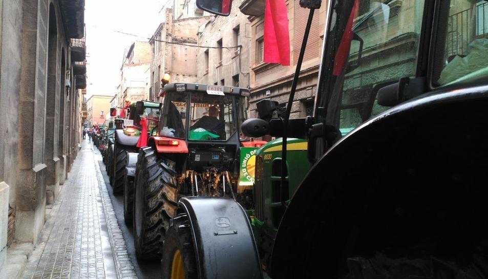 La columna de tractors al seu pas per Valls.