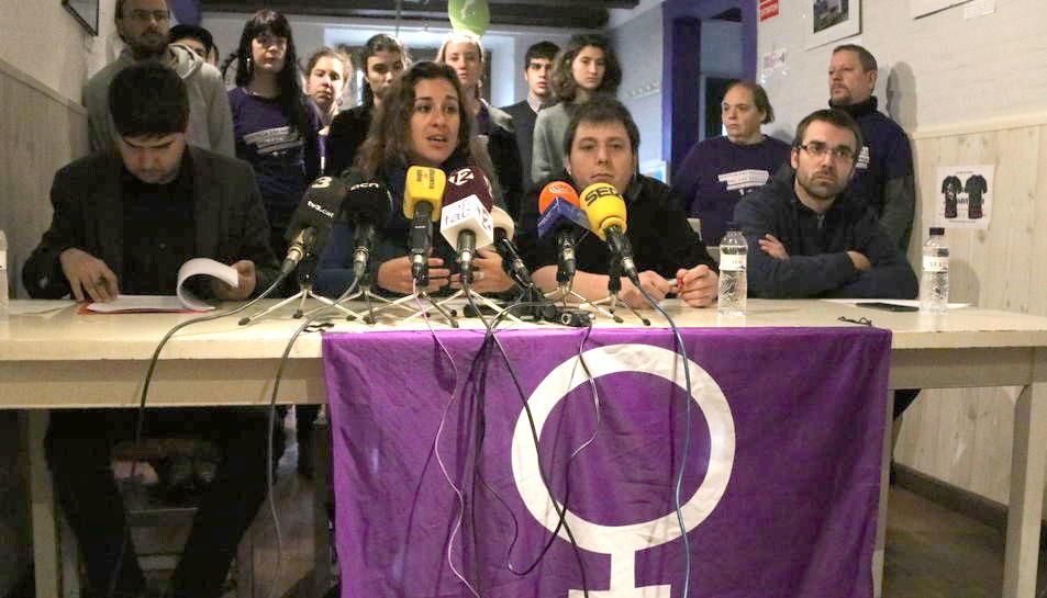 Roda de premsa amb la regidora de la CUP a Tarragona, Laia Estrada, davant els micròfons, al costat del portaveu de l'EI, Jordi Romeu.