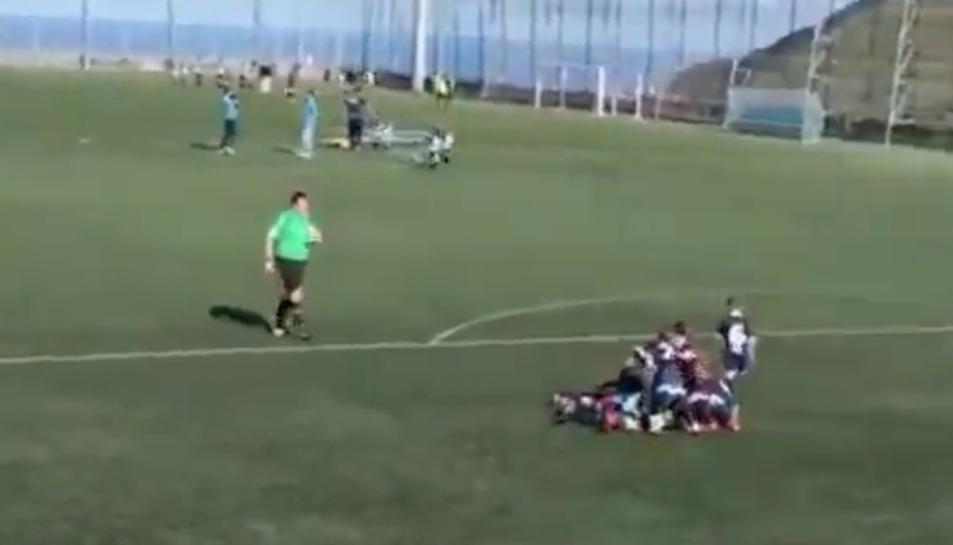 Els nens, celebrant el gol.