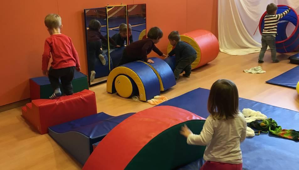 Infants realitzant les activitats de psicomotricitat, que contribueixen al desenvolupament harmònic de la personalitat i a la construcció del psiquisme dels infants.