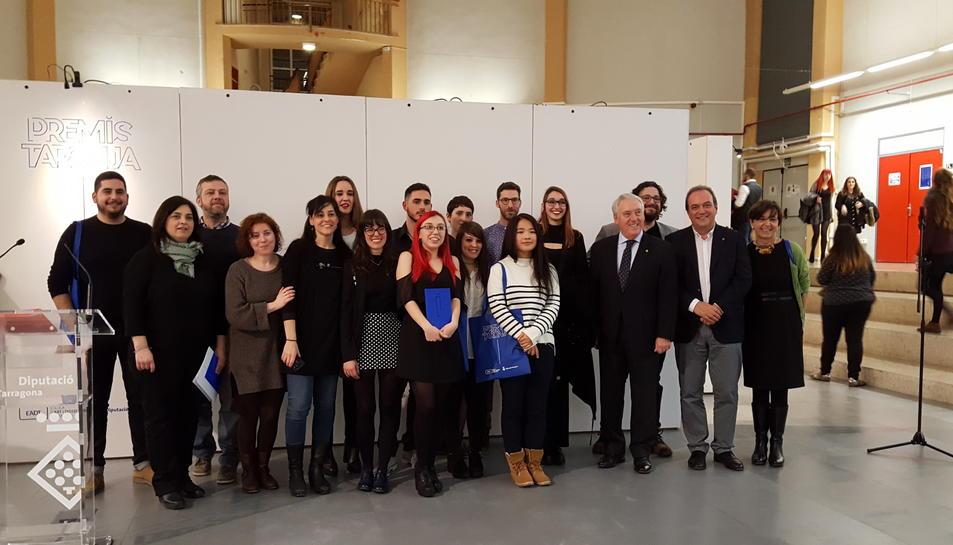 Els premiats amb el president de la Diputació, Josep Poblet.