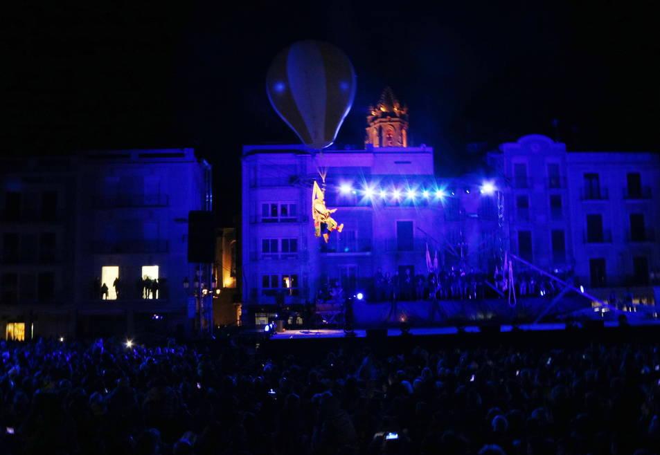 Pla obert de la inauguració de Reus com a Capital de la Cultura Catalana 2017, amb un home sobrevolant la plaça del Mercadal i el Campanar darrere. Imatge del 28 de gener de 2017