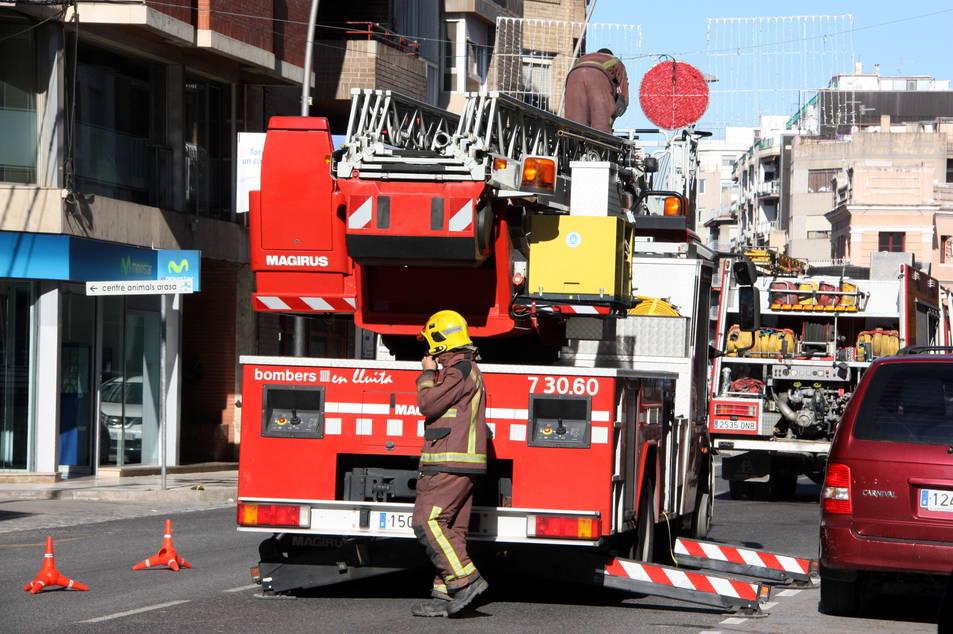 Imatge d'arxiu d'una dotació dels bombers treballant en un incendi.