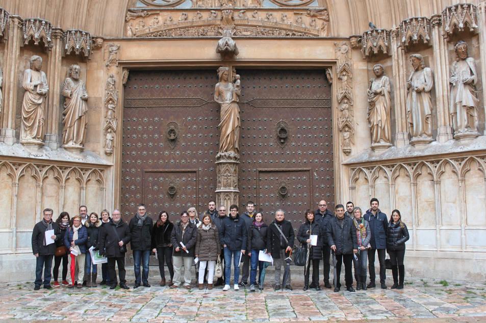 Els visitants, davant la catedral de Tarragona.
