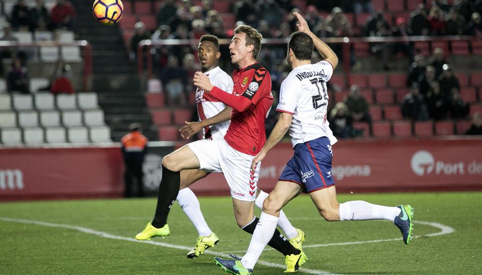 Manu Barreiro lluita amb dos rivals a la primera meitat.