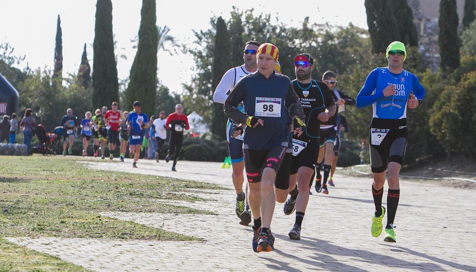 Alguns dels corredors, durant l'inici de la cursa.