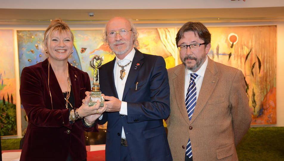 Elvira Ferrando i Joan Blázquez sostenen el trofeu dels Premis Fòrum Comerç.