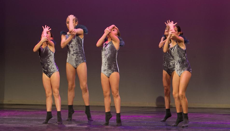Coreografia d'un grup de joves ballarines al teatre Bartrina en l'acte d'entrega de premis, ahir.
