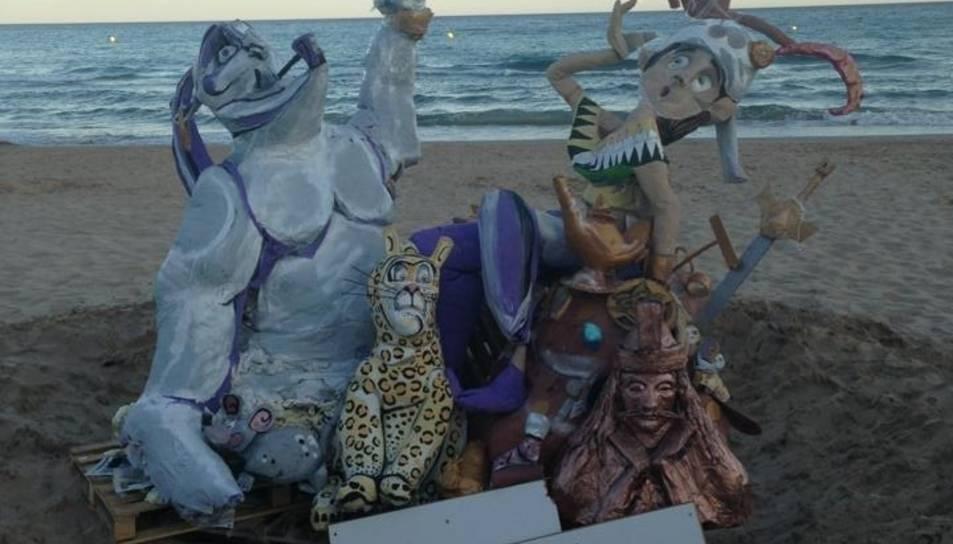 L'artista tarragoní, amb una de les seves falles a la platja Llarga.