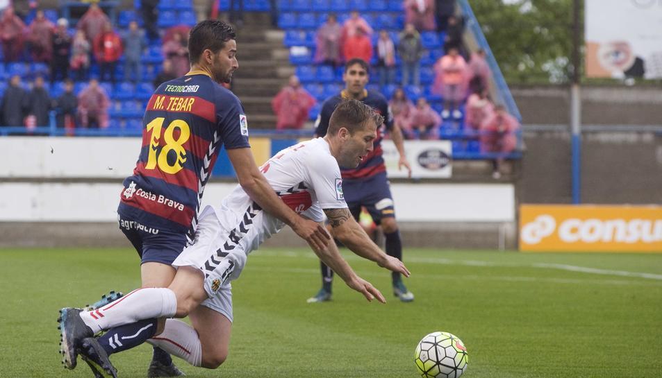 Tébar, a l'esquerra amb el dorsal 18, en un partit de la seva etapa al Llagostera, davant el Nàstic.