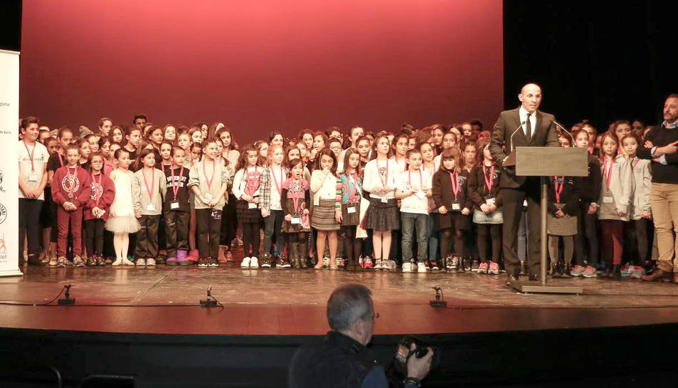 Els participants en aquesta edició dels premis Roseta Mauri al final de l'acte.