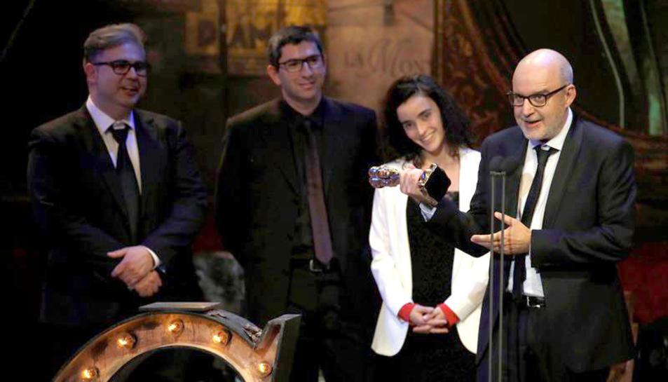 Imatge de l'equip de 'Timecode' recollint el guardó a la gala del cinema català.