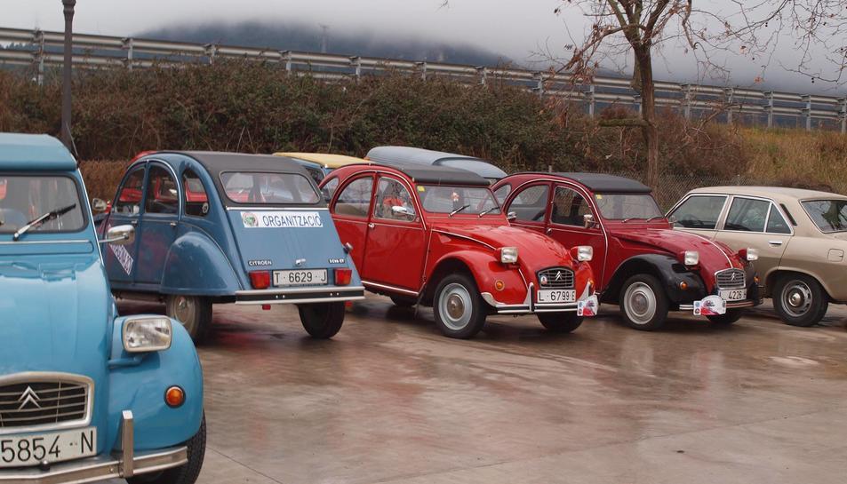 Els cotxes aparcats durant un moment del cap de setmana.