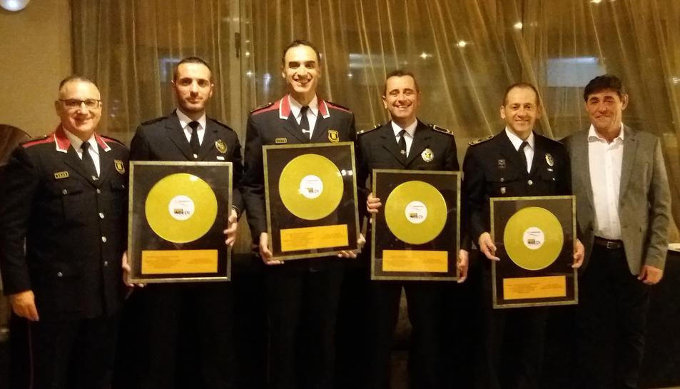 Els membres de les policies locals premiats amb el seu guardó.