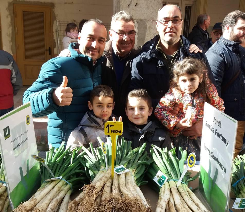 El Jordi Rovira, a la dreta, amb el seu pare Daniel, al centre de la imatge, i el seu germà, també Daniel, a l'esquerra, amb els petits de la família, el dia del concurs de cultivadors.