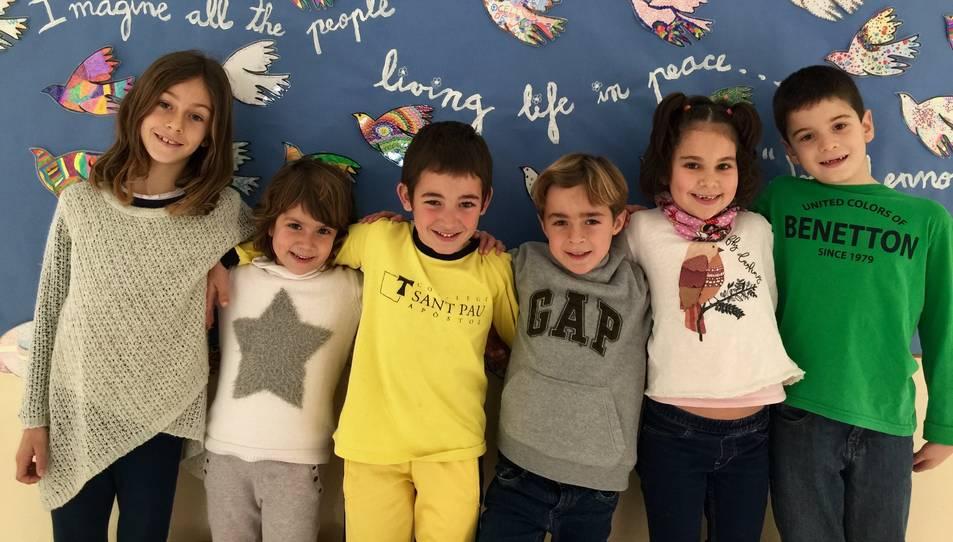 Alguns dels infants del centre amb el mural al fons.