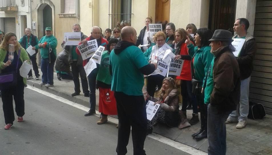 Imatge dels membres de la PAH Baix Gaià protestant davant l'Ajuntament de la POble de Montornès.