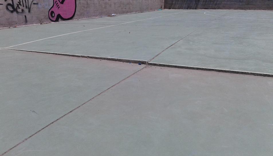 L'esglaó que presenta el terra de la pista de bàsquet.