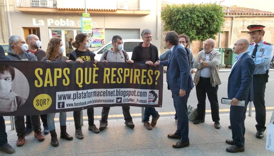 Membres de la CUP conversant amb el conseller Rull a la Pobla quan es va celebrar la Taula Territorial de Qualitat Ambiental del Camp de Tarragona.