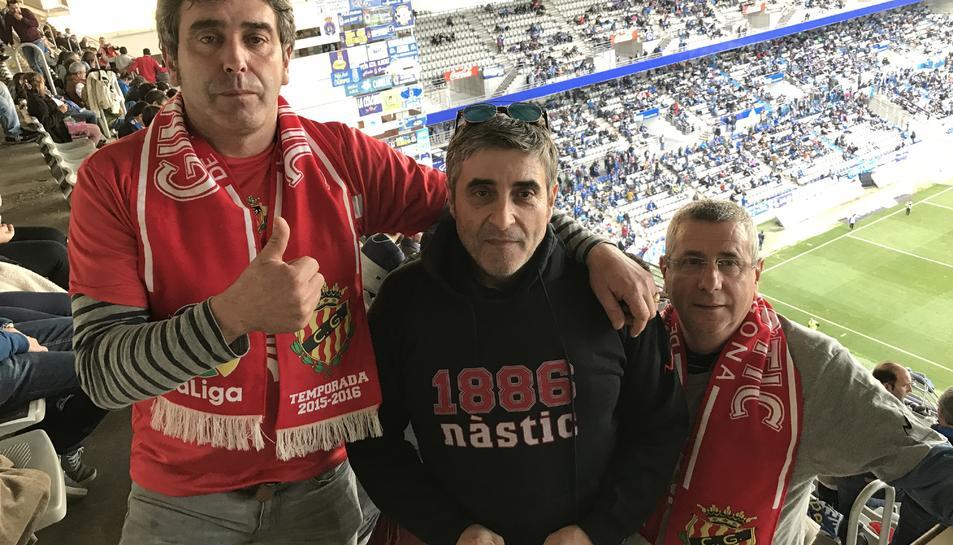 'Titi', a l'esquerra de la imatge, amb dos companys aficionats al Nàstic, al Carlos Tartiere aquesta temporada.