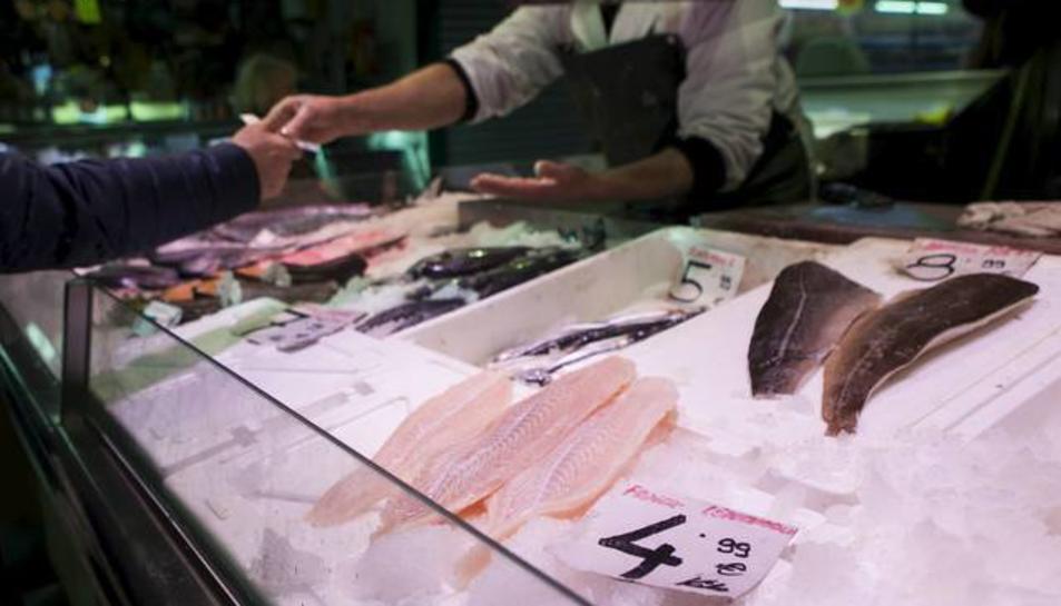 Una peixateria on venen panga en una imatge d'arxiu.